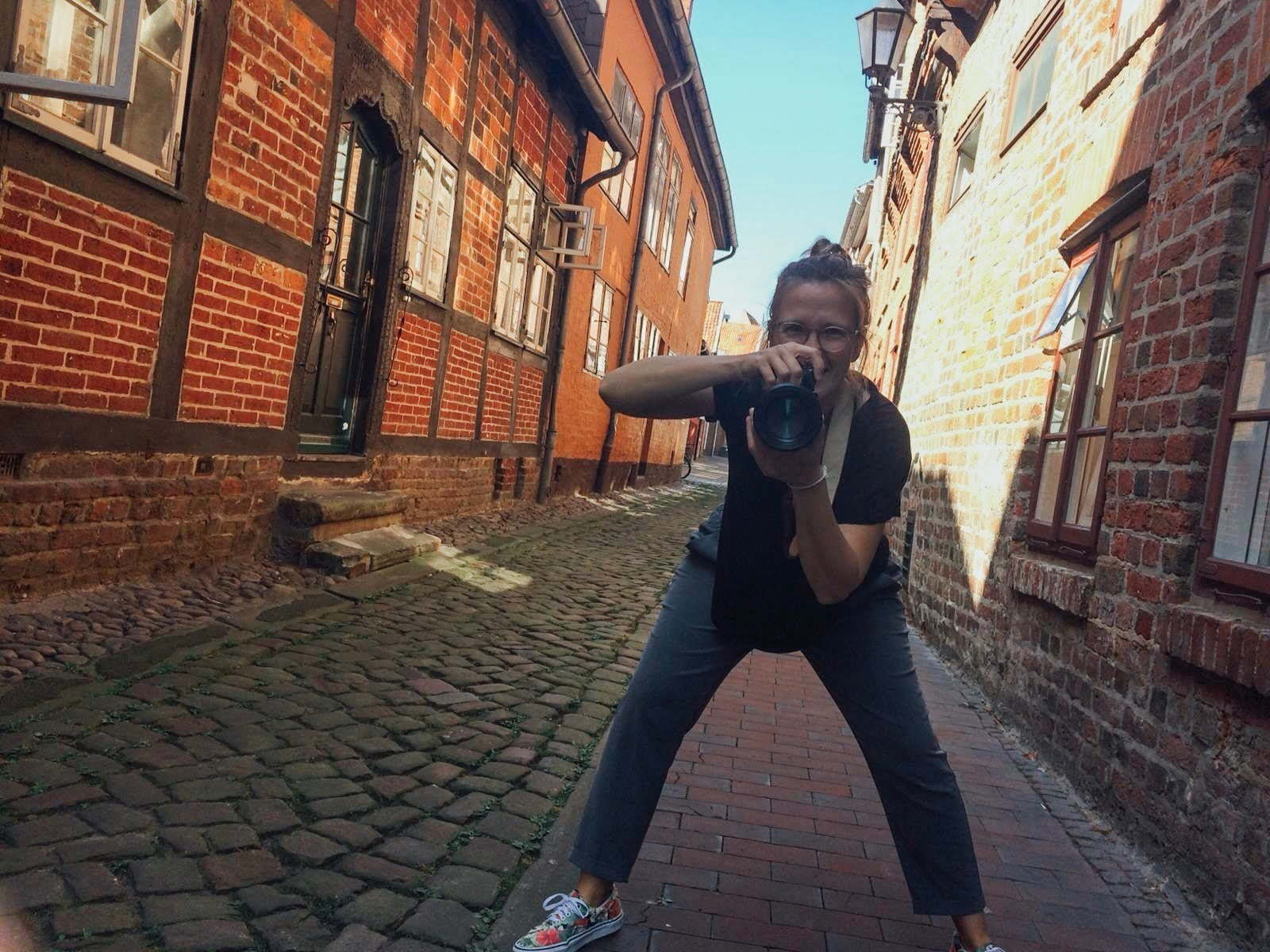 Fotografin Mirjam Kilter mit Kamera in der Hand in Lüneburg