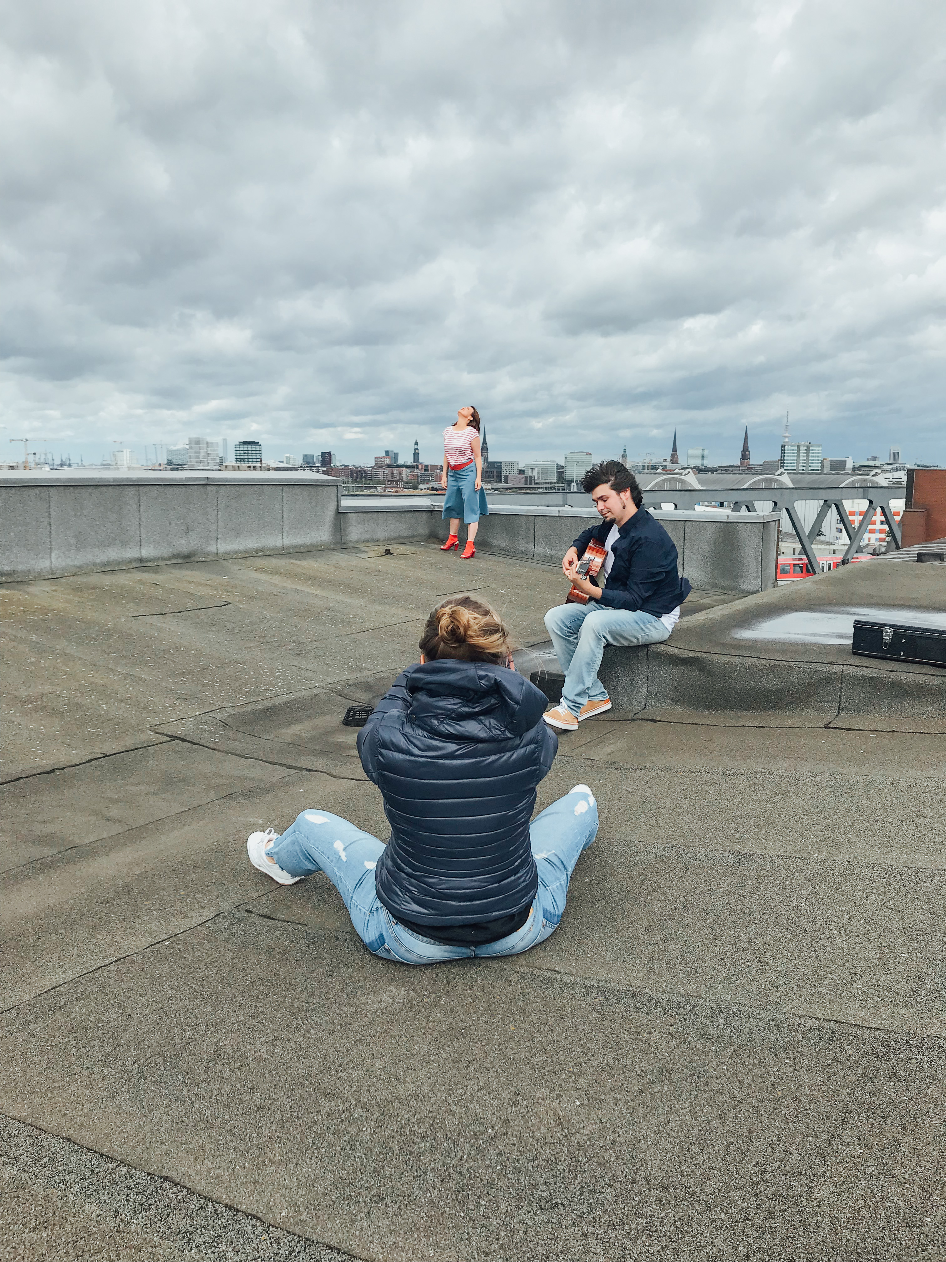 Drei Menschen auf einem Dach bei einem Fotoshooting