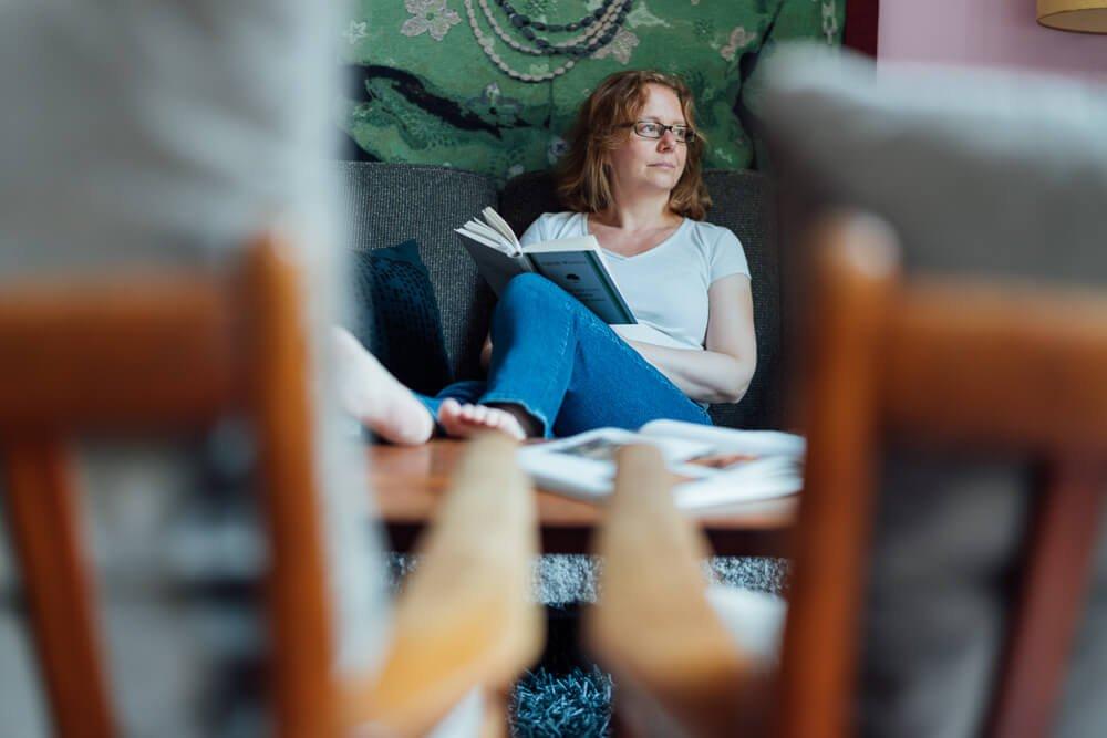 Frau sitzt auf dem Sofa mit einem Buch - Bild von einem Personal Branding Shooting
