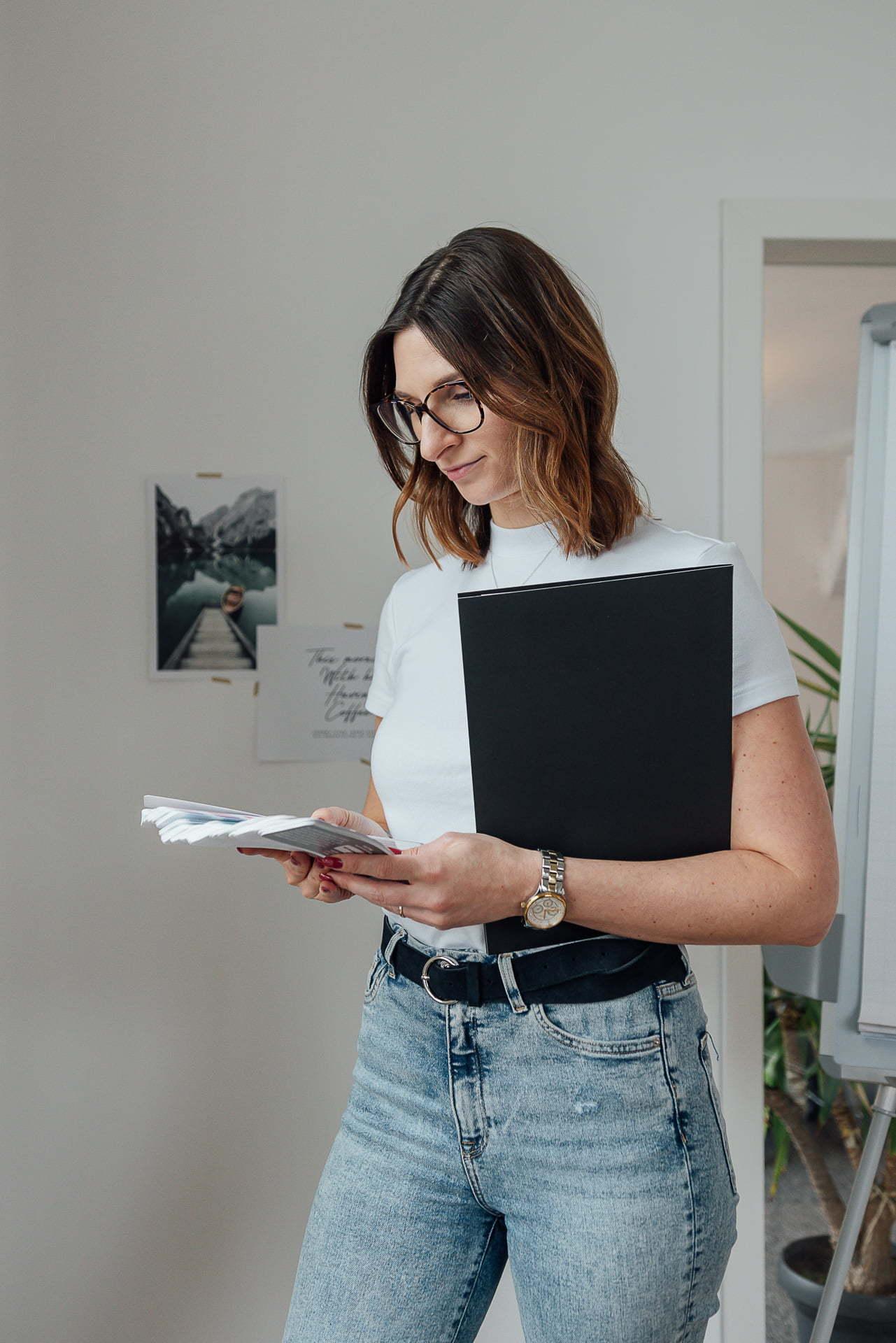 Frau steht während eines Personal Branding Fotoshootings vor einer Wand