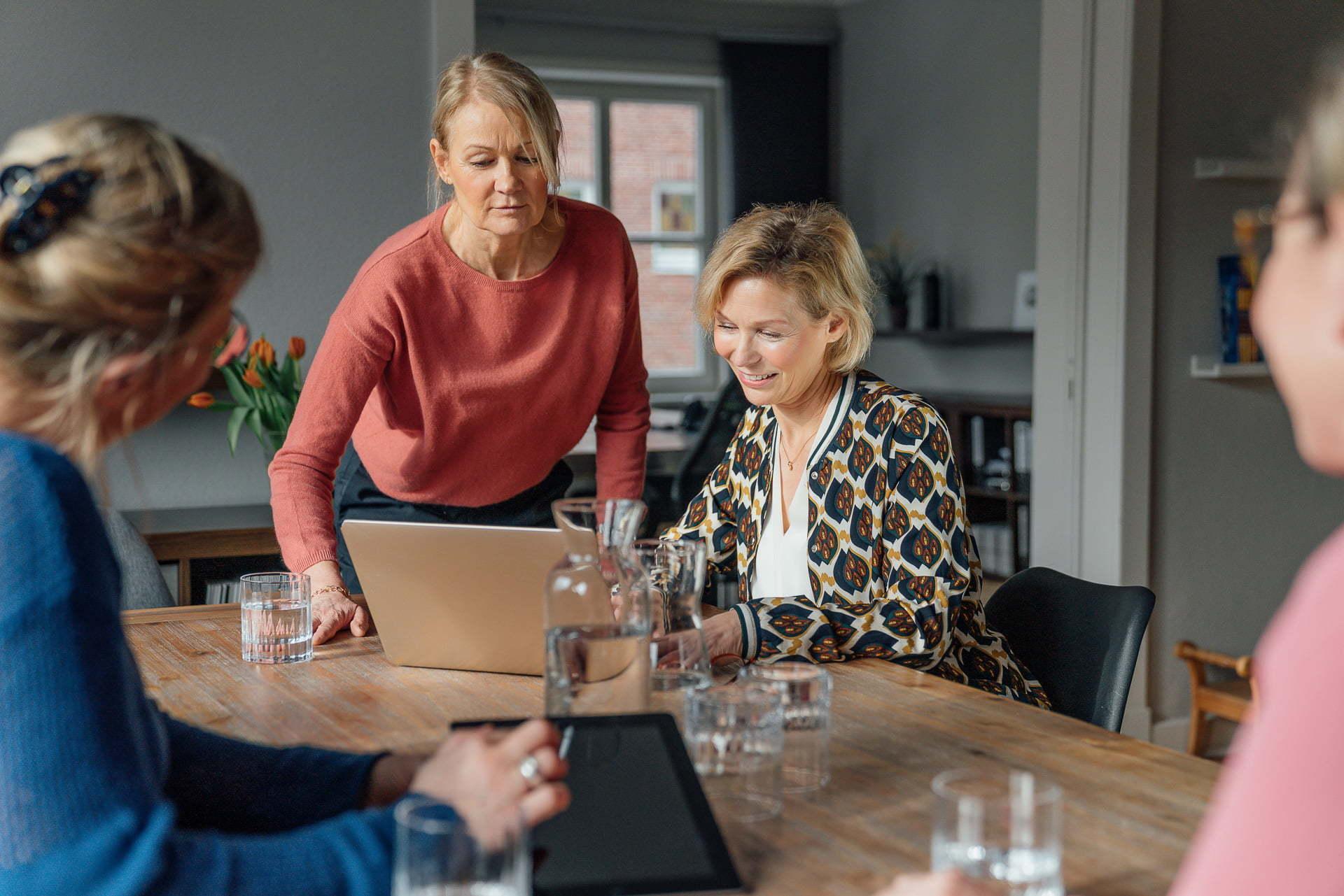 Meetingsituation mit vier Menschen während eines Fotoshootings