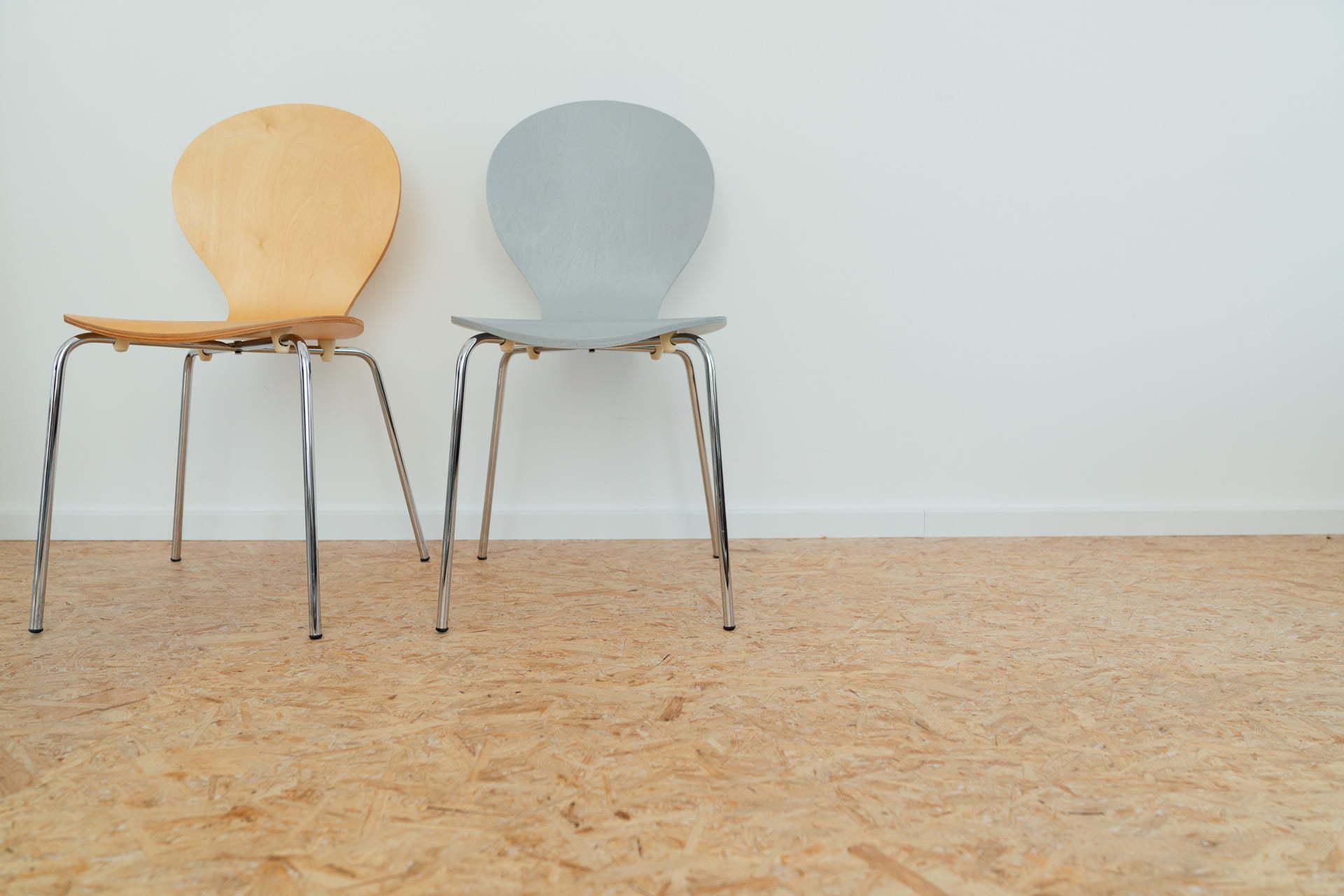 Zwei Stühle vor einer Wand während eines Fotoshootings