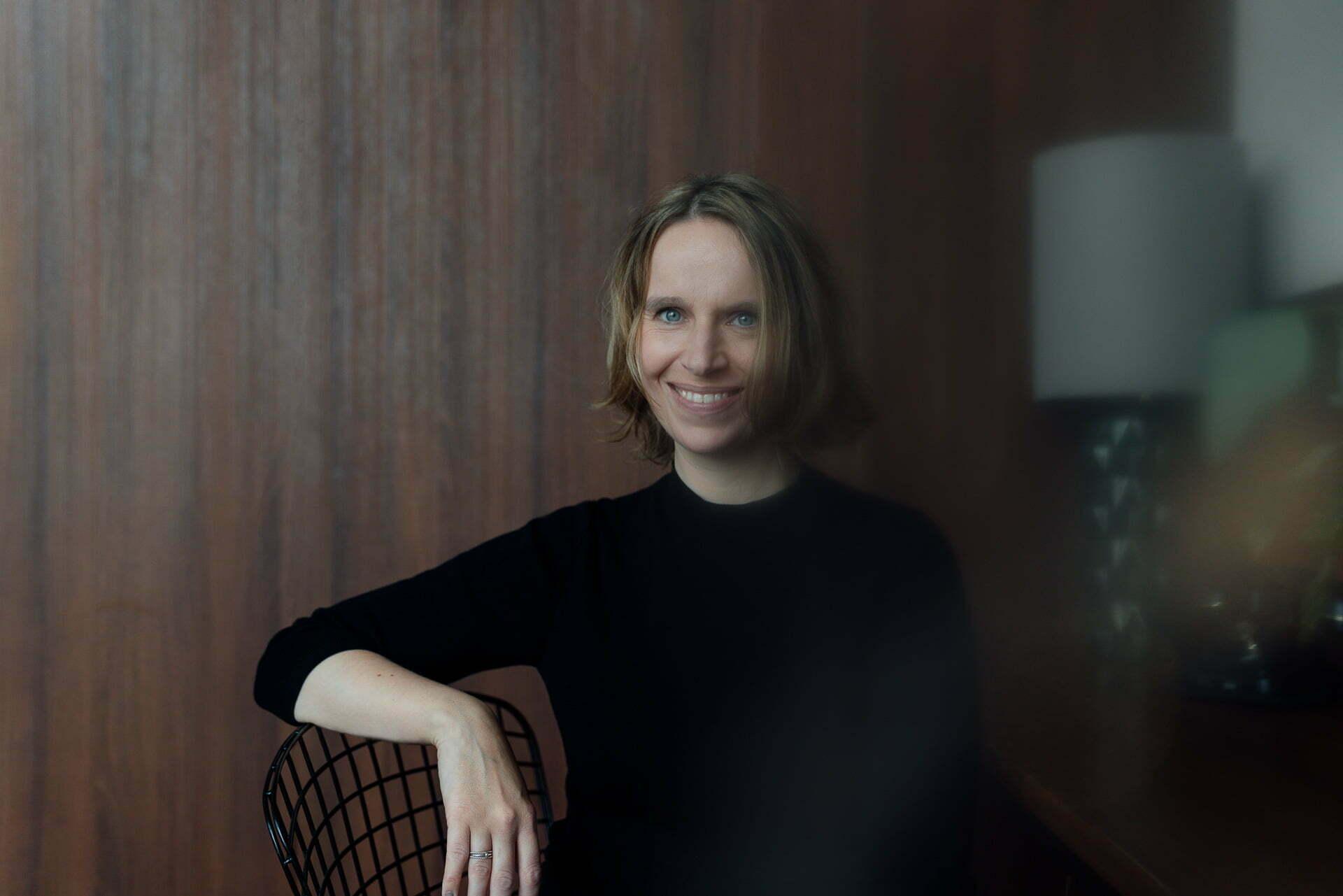 Portrait einer Frau sitzend auf einem Stuhl